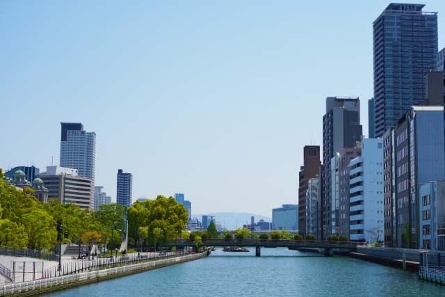 河川と都会のビルディング