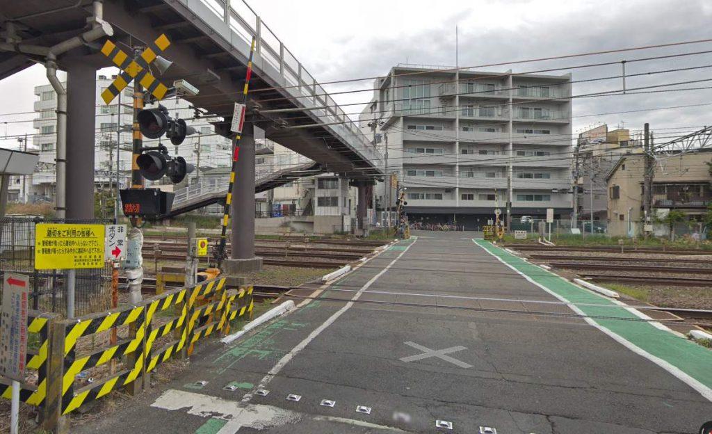 子安駅付近の踏切