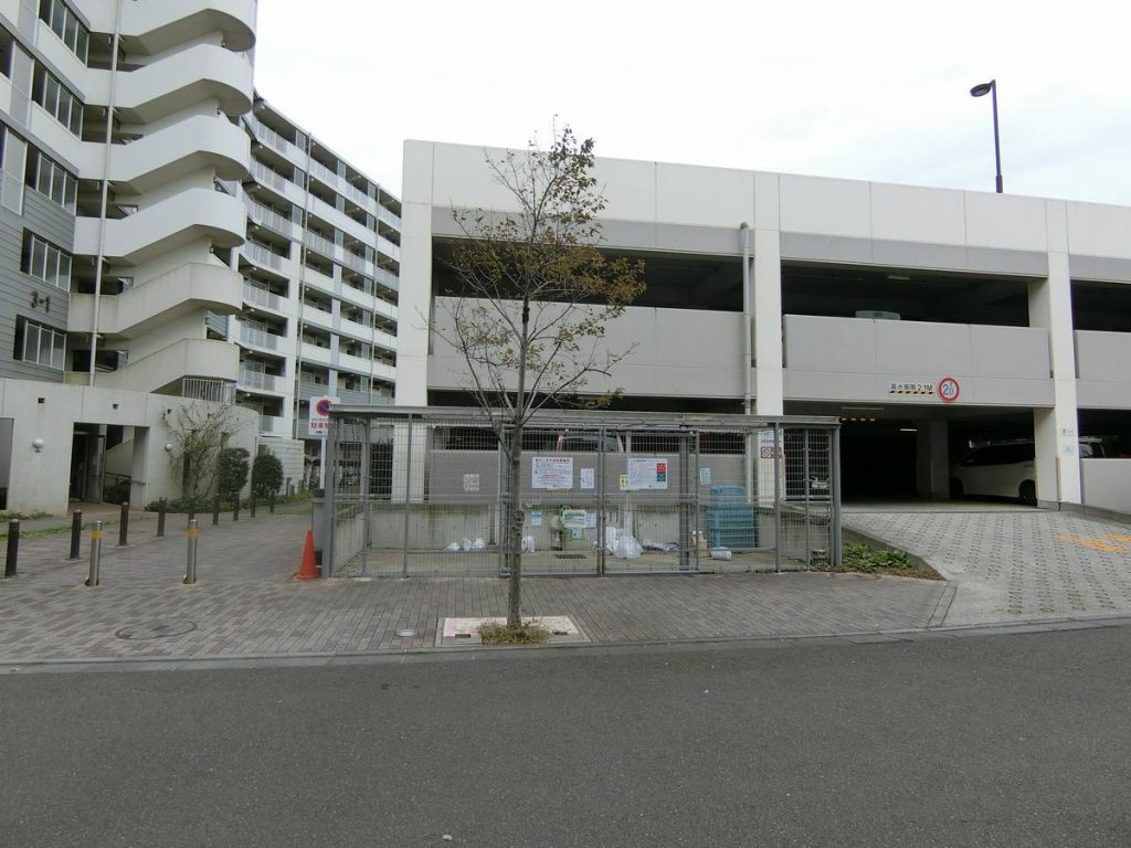 URコンフォール明神台の駐車場とゴミ置場