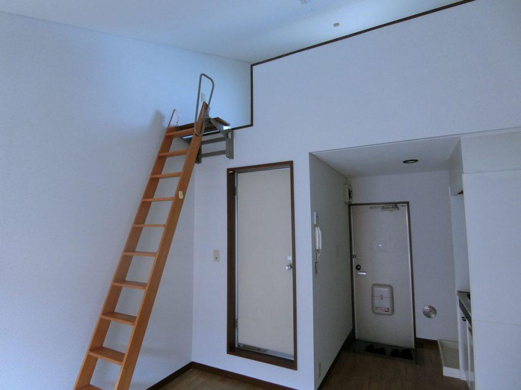鴨居のアパートの室内