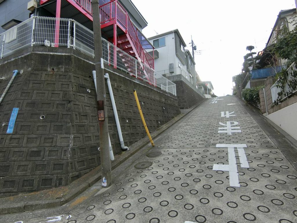 鴨居のアパートの前の坂道
