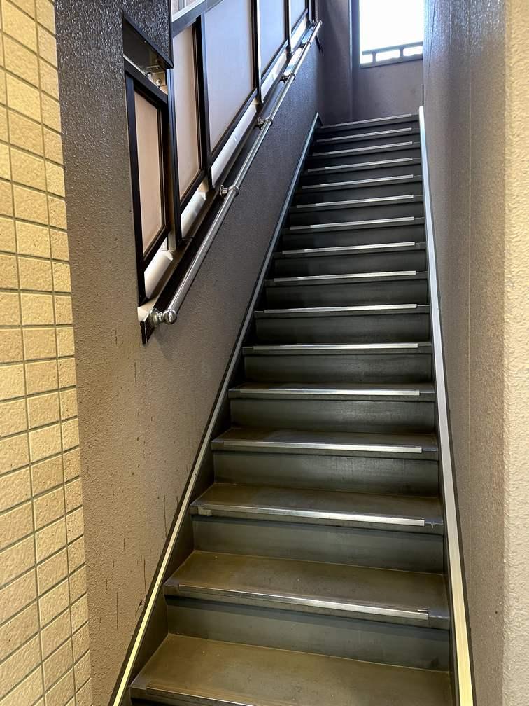 府中のマンションの階段