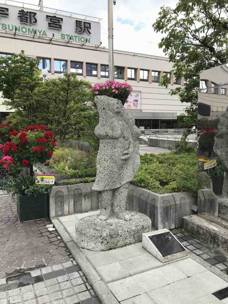 宇都宮駅の餃子の像
