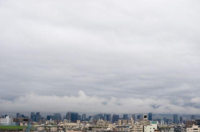 厚い雲に覆われた街